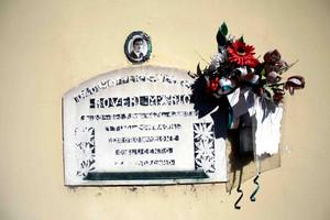 Lapide del partigiano Mario Roveri lungo il muro dell'ex cinema Lucento su via Bravin.Fotografia di Paolo Coccorese, 2010.© MuseoTorino