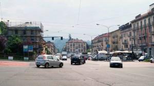 Piazza Borromini con traffico e mercato (casa del dazio abbattuta). Fotografia di Luca Davico, 2015