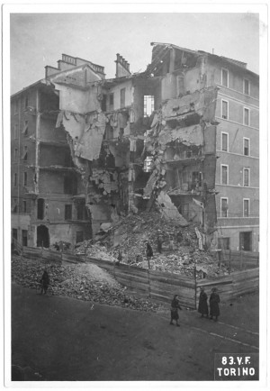 Via Nizza angolo Via Sommariva, crollo di edifici. Effetti prodotti dai bombardamenti dell'incursione aerea del 1° dicembre 1943. UPA 4213_9E04-37. © Archivio Storico della Città di Torino/Archivio Storico Vigili del Fuoco