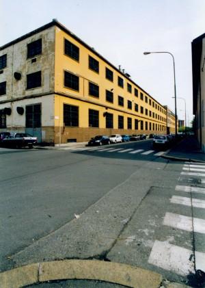 Il fronte su via Leoncavallo prima dei lavori di ristrutturazione. Settore Lavori Pubblici, 2000
