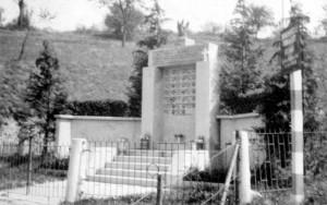 Il Sacrario di Pian del Lot poco prima dell'inaugurazione. Immagine tratta da Nicola Adduci, Pian del Lot 2 aprile 1944. Storia e memoria di una strage, p. 50