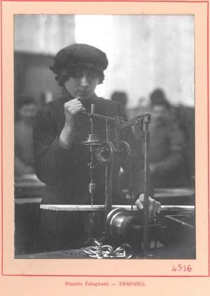 SNOS, reparto falegnami trapano, 1915-1916 circa. Archivio fotografico della Fondazione Vera Nocentini. 4516. Fondo fotografico donato da Gianni Alasia. © Fondazione Culturale Vera Nocentini