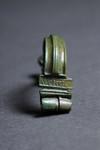 Particolare di una fibula (fermaglio) con il marchio AVCISSA. © Soprintendenza per i Beni Archeologici del Piemonte e del Museo Antichità Egizie.
