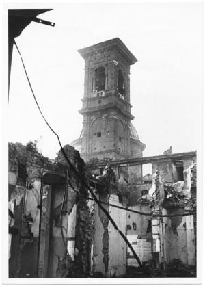 Via Giuseppe Garibaldi [Chiesa Santi Martiri]. Effetti prodotti dai bombardamenti dell'incursione aerea dell'8 dicembre 1942. UPA 2640_9C04-02. © Archivio Storico della Città di Torino