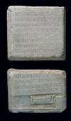 I due frammenti dell'iscrizione accostati, con l'evidenza dello spazio del testo mancante, © Soprintendenza per i Beni Archeologici del Piemonte e del Museo Antichità Egizie.