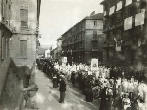 Le case Grassi di via Scarlatti angolo via Santhià fotografate durante una processione religiosa nel 1935. Archivio Oratorio Michele Rua.