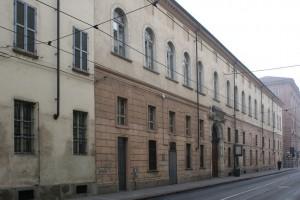 Il prospetto dell'ex caserma Podgora su via dell'Accademia Albertina. Fotografia di Enrico Lusso, 2011.