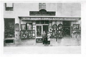 Il negozio di cornici, statue, oggetti religiosi in un'immagine del 1924-1926 (Riproduzione da libro: Artusio, L. - Bocca, M. - Governato, M., 2002 p. 139 n. 261)