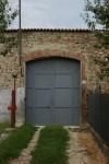 Portone di accesso meridionale della cascina. Fotografia di Edoardo Vigo, 2012.