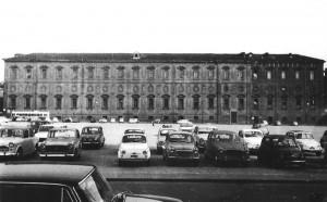 Piazza Valdo Fusi con parcheggi auto, anni Sessanta © Archivio Storico Città della Torino (FT 11A21_074)