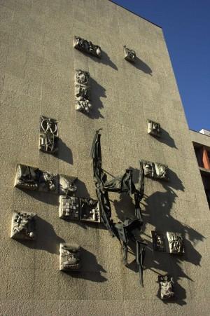 Scultura sulla facciata della Biblioteca Civica di Franco Garelli