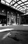 Il cortile di ingresso nel 2003. Fotografia di Luca Bernardelli, Officina della Memoria, 2003.