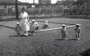 Bambini che giocano nel giardino del nido nel 1939.