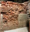 Un particolare dell'apertura di un fornice con i massi angolari sistemati come paracarri, © Soprintendenza per i Beni Archeologici del Piemonte e del Museo Antichità Egizie.