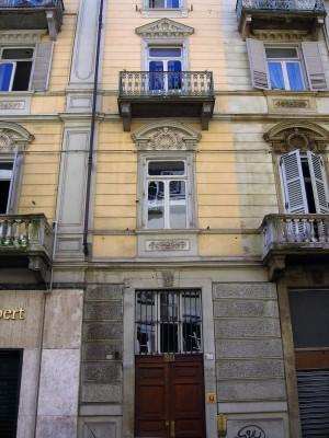 Ex ghetto ebraico, portone in via Principe Amedeo 20. Fotografia di Alessandro Vivanti, 2017