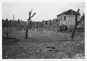 Corso Verona angolo Corso Brescia. Effetti prodotti dai bombardamenti dell'incursione aerea del 13 luglio 1943. UPA 3649_9E01-42. © Archivio Storico della Città di Torino/Archivio Storico Vigili del Fuoco