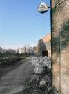 Veduta dell'ingresso all'area Vitali da Est. Sullo sfondo la struttura delle torri di raffreddamento. Fotografia di Filippo Gallino per Settore Riassetto Urbano, Città di Torino, novembre 2001.