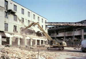 La demolizione di una delle palazzine dello stabilimento Michelin. Fotografia di Filippo Gallino per la Città di Torino, aprile 1998.