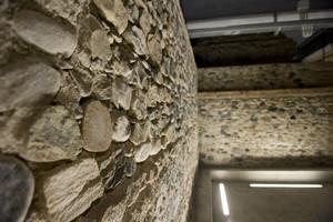 """Mura e torre della cinta romana nel parcheggio """"Torre romana"""" in via Duse. Fotografia di Marco Saroldi, 2010. © MuseoTorino"""