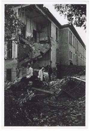 """Collegno, Strada Pianezza, """"Regio Ospedale Psichiatrico"""". Effetti prodotti dai bombardamenti dell'incursione aerea del 25 aprile 1944. UPA 4525_9E06_39. © Archivio Storico della Città di Torino/Archivio Storico Vigili del Fuoco"""