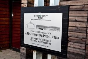 La targa collocata all'ingresso del Centro Servizi ricorda la precedente funzione industriale. Fotografia di Lorenzo Priori per Comitato Parco Dora, 2009.
