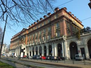 Edificio di civile abitazione e negozi in piazza Statuto 12