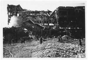 """Via Passo Buole, Stabilimento FIAT Lingotto """"Segheria"""". Effetti prodotti dai bombardamenti dell'incursione aerea del 29 marzo 1944. UPA 4435_9E06_04. © Archivio Storico della Città di Torino"""