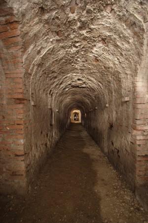 Grande galleria di comunicazione sotto il ponte fermo della mezzaluna del Soccorso. Fotografia di Paolo Bevilacqua e Fabrizio Zannoni