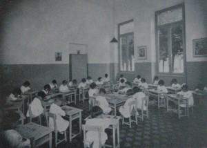Una della aule dopo la ristrutturazione degli anni Trenta. Immagine da I cento anni di vita della Societa' Degli Asili Infantili di Torino, Tipografia V. Bona, Torino 1938