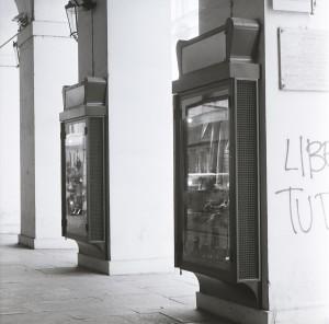 Scali, calzature, bacheca esterna, Fotografia di Marco Corongi, 2001 ©Politecnico di Torino