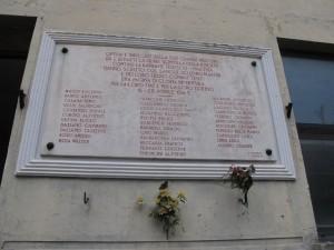 Lapide dedicata ai caduti della Fiat Grandi Motori, in corso Valdocco 4/A, nel cortile del Museo Diffuso della Resistenza, già nello stabilimento di via Cuneo. Fotografia di Sergio D'Orsi, 2013