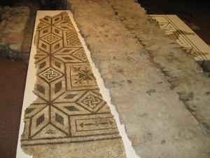 Le due parti del mosaico restaurate e riposizionate nella loro sistemazione originale, tagliate dal muro del chiostro, © Soprintendenza per i Beni Archeologici del Piemonte e del Museo Antichità Egizie.