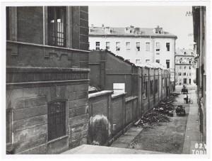 Scuola Edmondo De Amicis, via San Giuseppe Beato Cottolengo 45. Effetti prodotti dai bombardamenti dell'incursione aerea del 13 luglio 1943. UPA 3620D_9E01-06. © Archivio Storico della Città di Torino