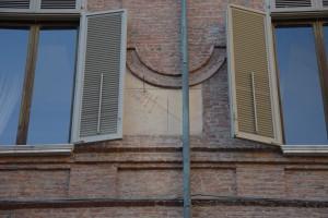 Orologio solare, Palazzo Reale, Cortile