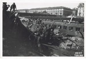 Stazione di Porta Nuova, Piazza Carlo Felice. Effetti prodotti dai bombardamenti dell'incursione aerea dell'8 agosto 1943. UPA 3813_9E02-24. © Archivio Storico della Città di Torino/Archivio Storico Vigili del Fuoco