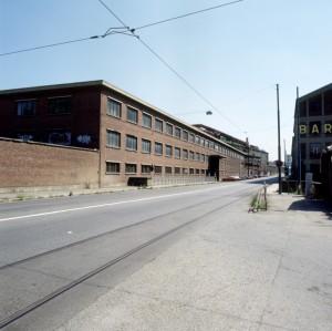 Lo stabilimento Valdocco e il ponte di via Livorno; sulla destra l'insegna del baraccotto. Fotografia di Filippo Gallino per la Città di Torino, maggio 1999.