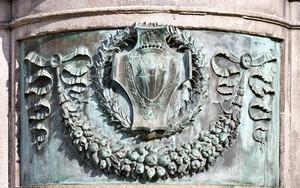 Giovanni Duprè, Monumento a Camillo Benso Conte di Cavour (stemma), 1865-73. Fotografia di Mattia Boero, 2010. © MuseoTorino.