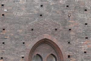 La cesura muraria che segna lo spigolo del castello trecentesco dalle aggiunte quattrocentesche. Fotografia di Enrico Lusso, 2010.