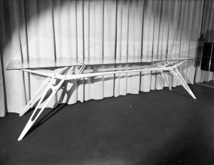 Carlo Mollino, Tavolo a vertebre realizzato da Apelli e Varesio, 1949, fotografia di Riccardo Moncalvo (Archivio Mollino, Biblioteca di Architettura, Politecnico di Torino)