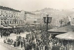 Piazza Vittorio affollata per Carnevale, anni Cinquanta © Archivio Storico della Città di Torino (GDP sez I 426A_004)
