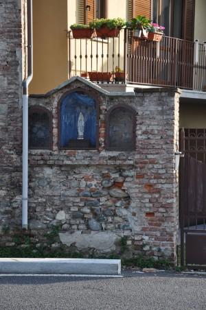 Particolare del Muro perimetrale est della cascina Barolo. Fotografia di Ilenia Zappavigna, 2012.