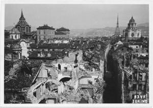 Via Cappel Verde, Vicolo San Lorenzo, Via Porta Palatina. Effetti prodotti dai bombardamenti dell'incursione aerea del 13 luglio 1943. UPA 3605_9D06-51. © Archivio Storico della Città di Torino