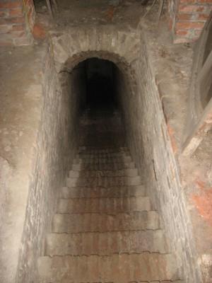 Accesso alla galleria di contromina del Pastiss attraverso la scala realizzata per il ricovero di protezione antierea nel 1943. Fotografia di Fabrizio Zannoni.