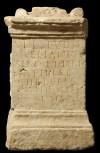 La faccia principale dell'ara di Atilia Chreste con l'iscrizione, foto Giacomo Lovera, © Soprintendenza per i Beni Archeologici del Piemonte e del Museo Antichità Egizie.