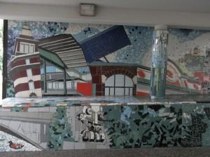 Centro civico circoscrizionale di corso Vercelli 15. Particolare del mosaico sulla parete sinistra: Torri Rivella, tettoia di Porta Palazzo, pensilina del Palafuksas, finestrone dell'ex Fonderia Martini, frontone della stazione Ciriè-Lanzo. Fotografia L&M, 2011.