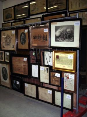 Una parte di quadri, stampe e libri riguardanti la storia dell'artiglieria. Fotografia di Silvia Bertelli.