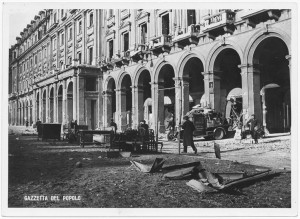"""Piazza Statuto - """"Bomba dirompente di medio calibro caduta sulla Piazza [...]"""". Effetti prodotti dai bombardamenti dell'incursione aerea del 20-21 novembre 1942. UPA 1781_9B01-17. © Archivio Storico della Città di Torino"""