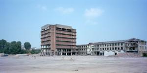 Veduta del magazzino collocato dietro la manica di via Livorno, tra le ultime strutture dello stabilimento Michelin a essere demolite. Fotografia di Filippo Gallino per la Città di Torino, luglio 2000.