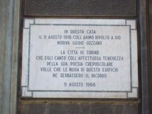 Giuseppe Maria Giulietti, Case Rama, Via Cibrario 65, 1912. Lapide in ricordo di Guido Gozzano.  Fotografia L&M, 2011.