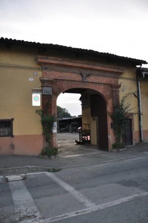 Ingresso cascina Perrone. Fotografia di Ilenia Zappalavigna, 2012.